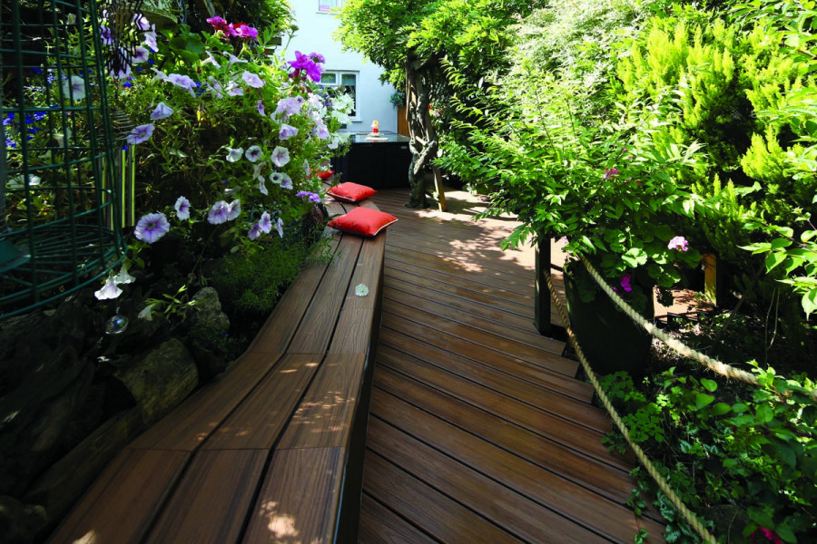 The dark, rich tones of this Trex Decking beautifully complement the surround planting.