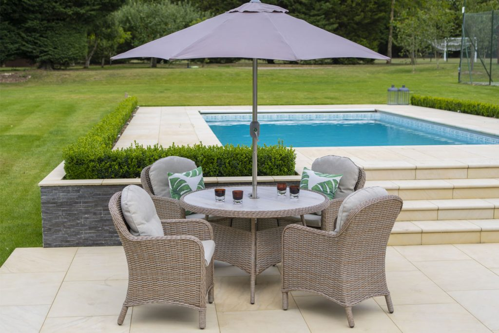 This garden dining set is perfect for the family to dine alfresco.