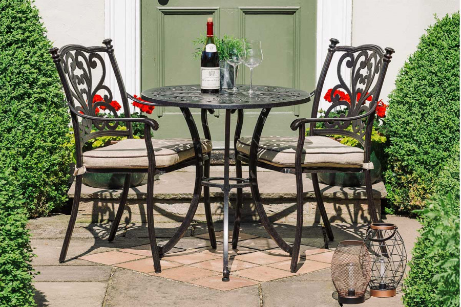 Enjoy dining alfresco with your favourite person on this metal bistro set.