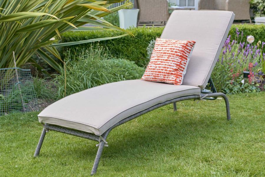 Soak up the sun on this comfortable sun lounger.