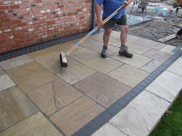 5. Brush off any final Residual vdw 850plus from the paving units (2) reduced